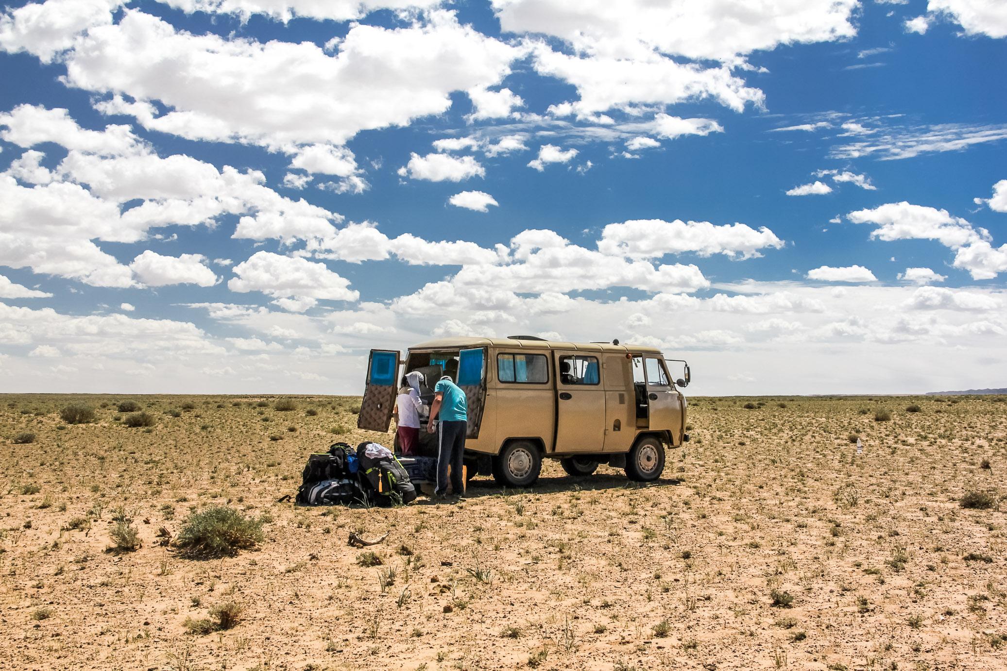 Pause repas en plein milieu du désert en Mongolie