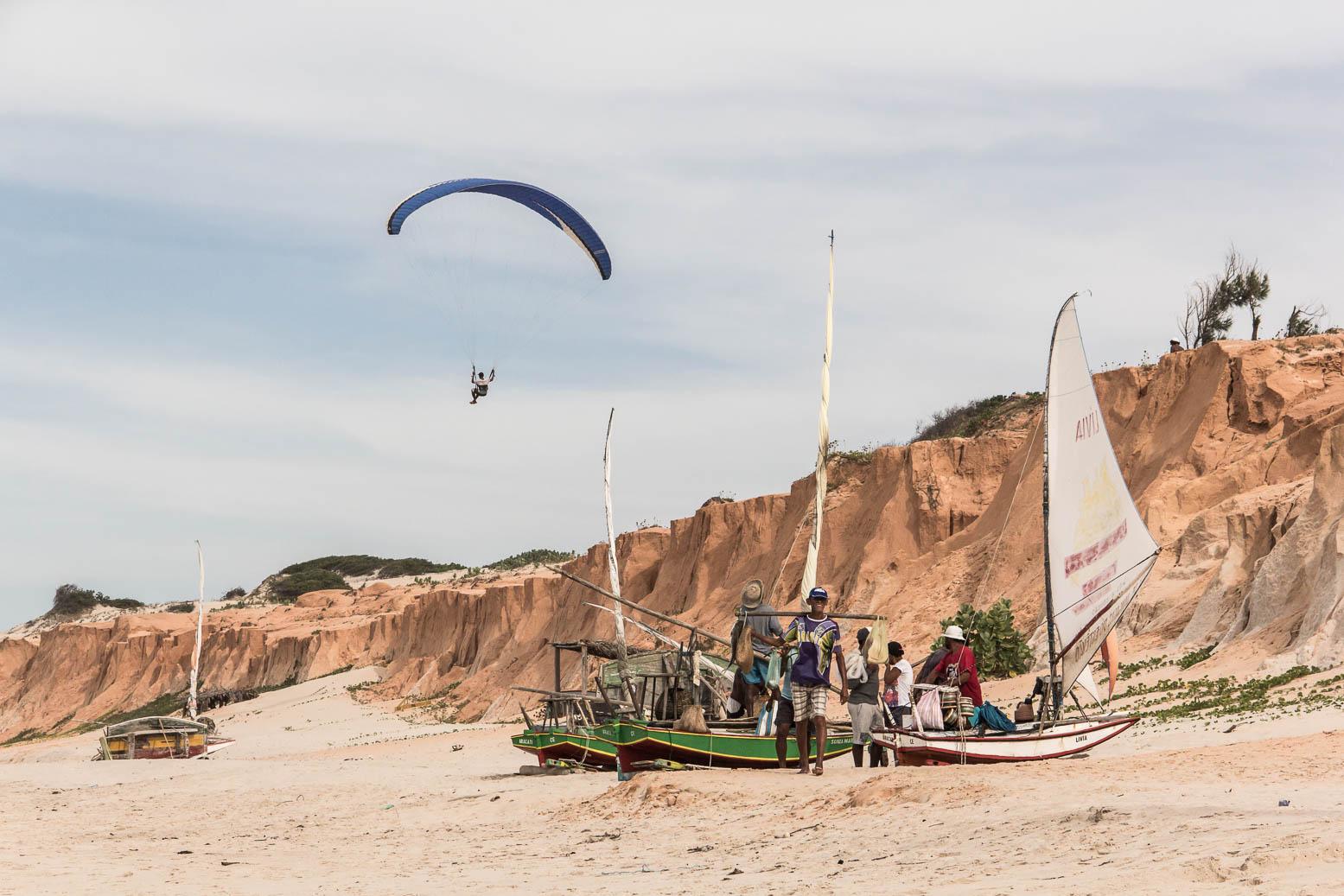 Bateau de pêche et parapente sur la plage de Canoa Quebrada - Route des Sensations