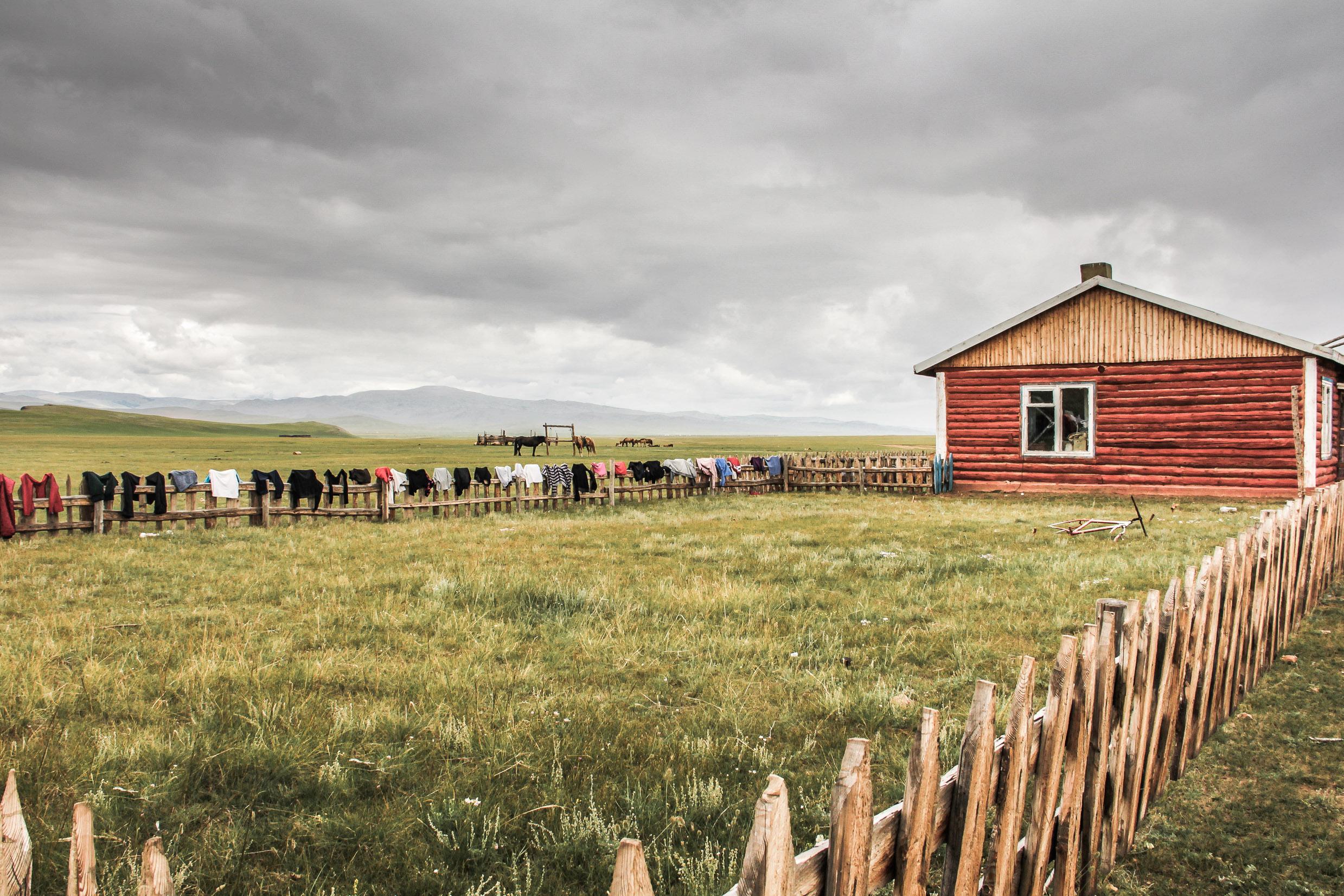 Maison dans une plaine en Mongolie