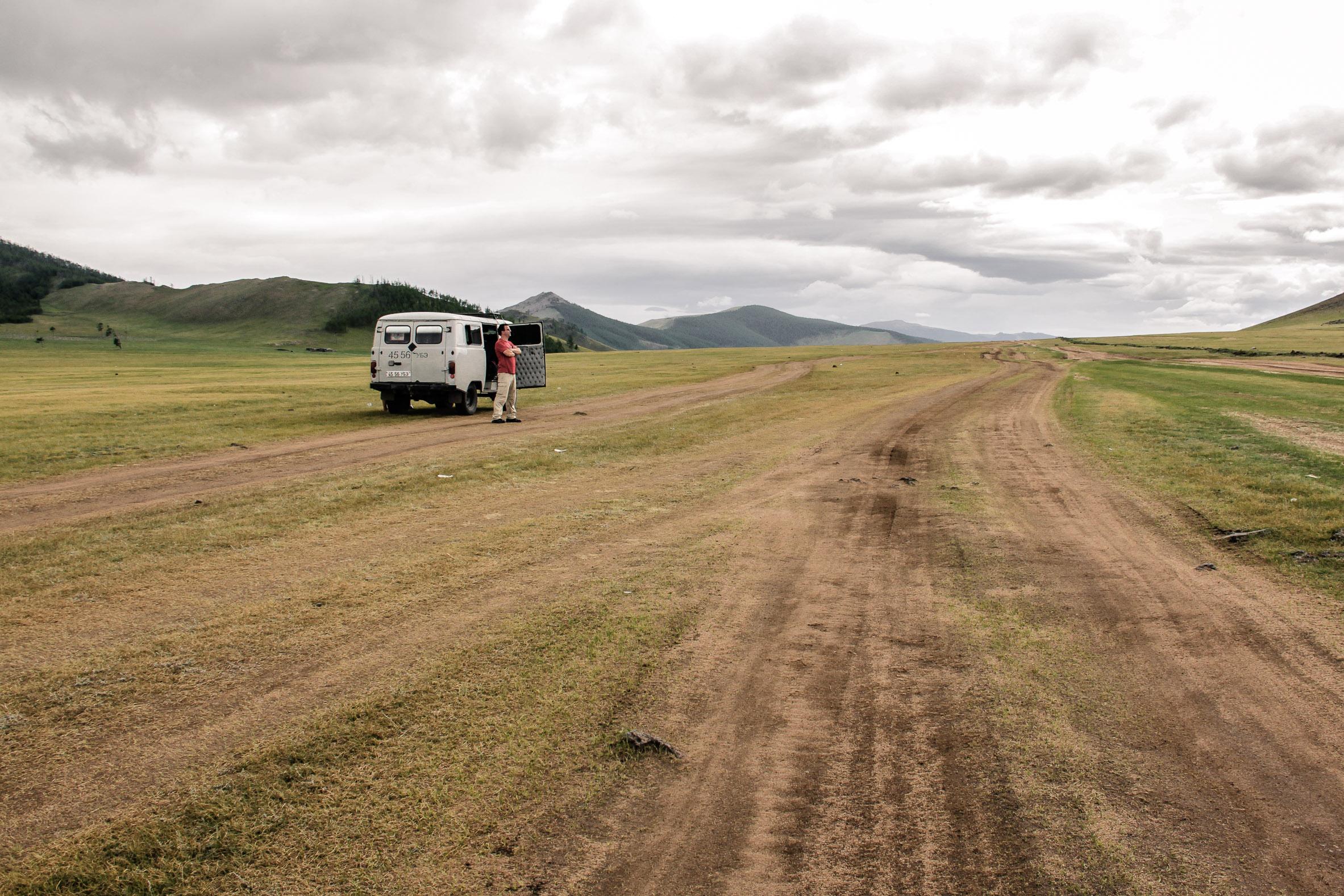 Un van sur une route mongole