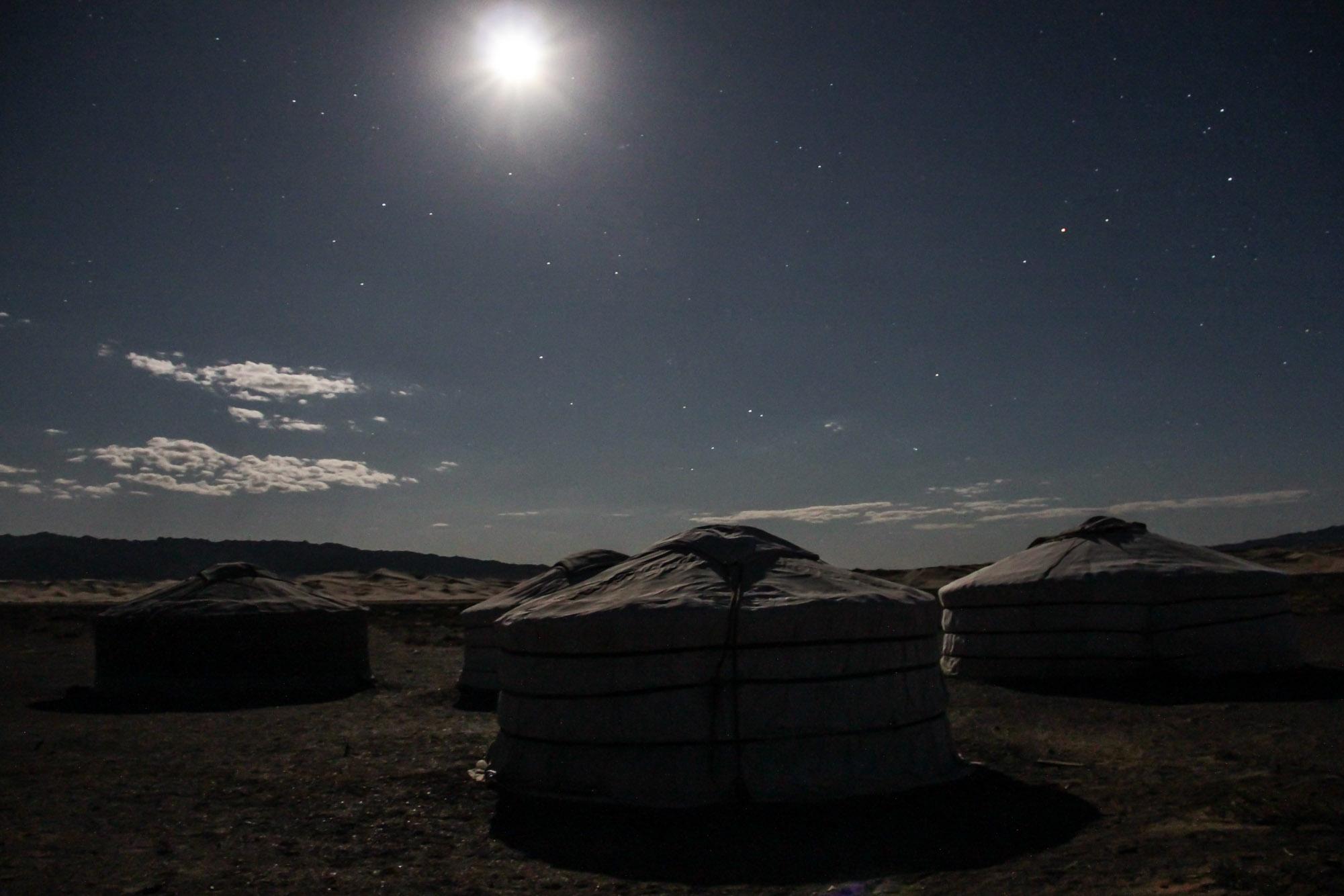 Pleine lune sur les yourtes en Mongolie