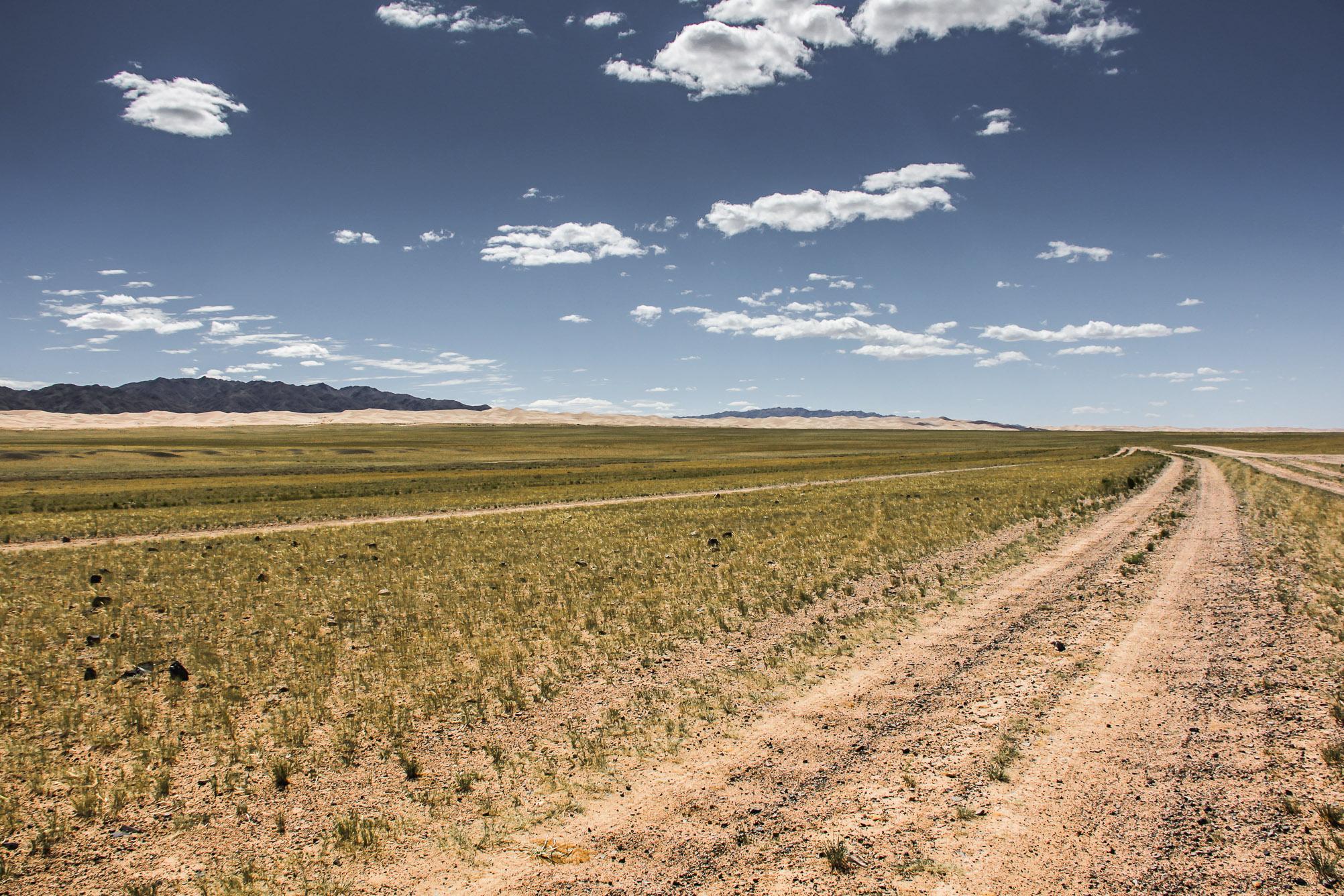 Route dans le désert de Gobi en Mongolie