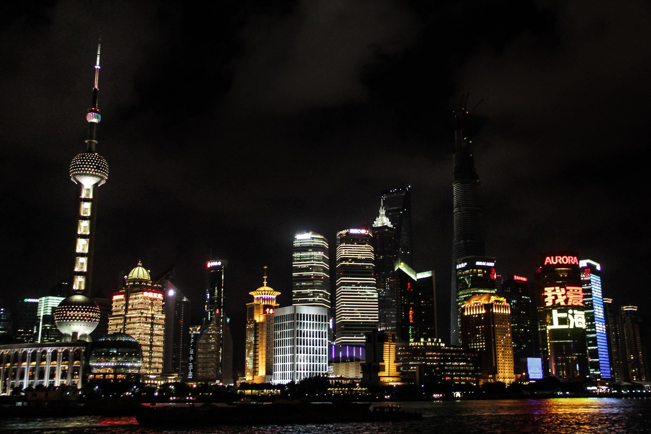 Vu de nuit du quartier de Pudong depuis le Bund à Shanghai