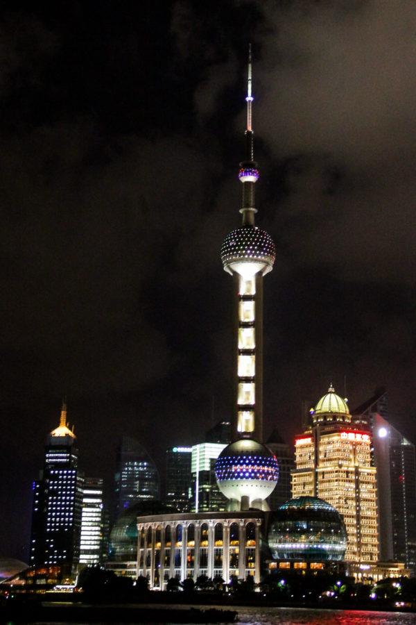 Oriental Pearl Tower depuis le Bund de nuit