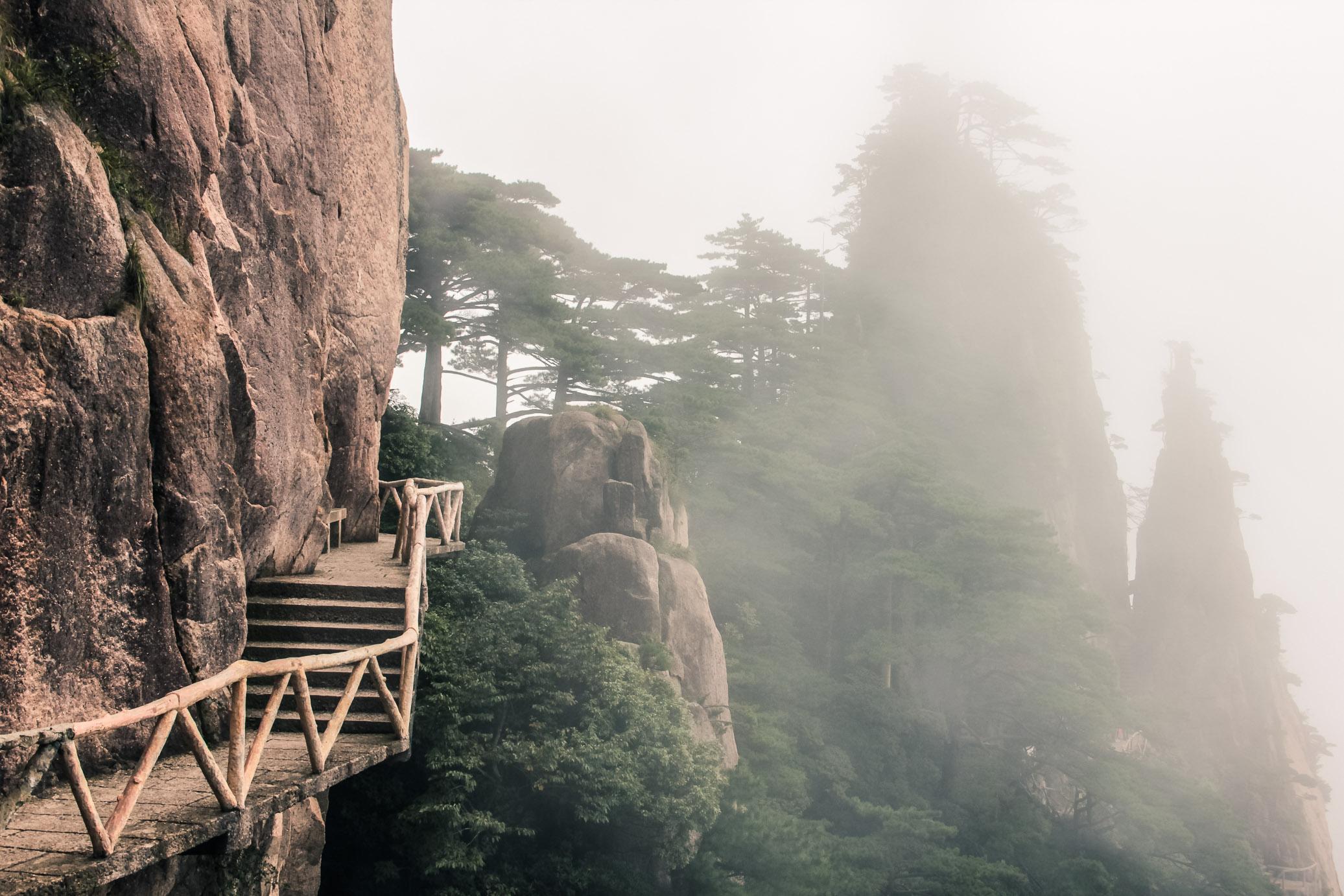 Chemin dans la brume à Huangshan
