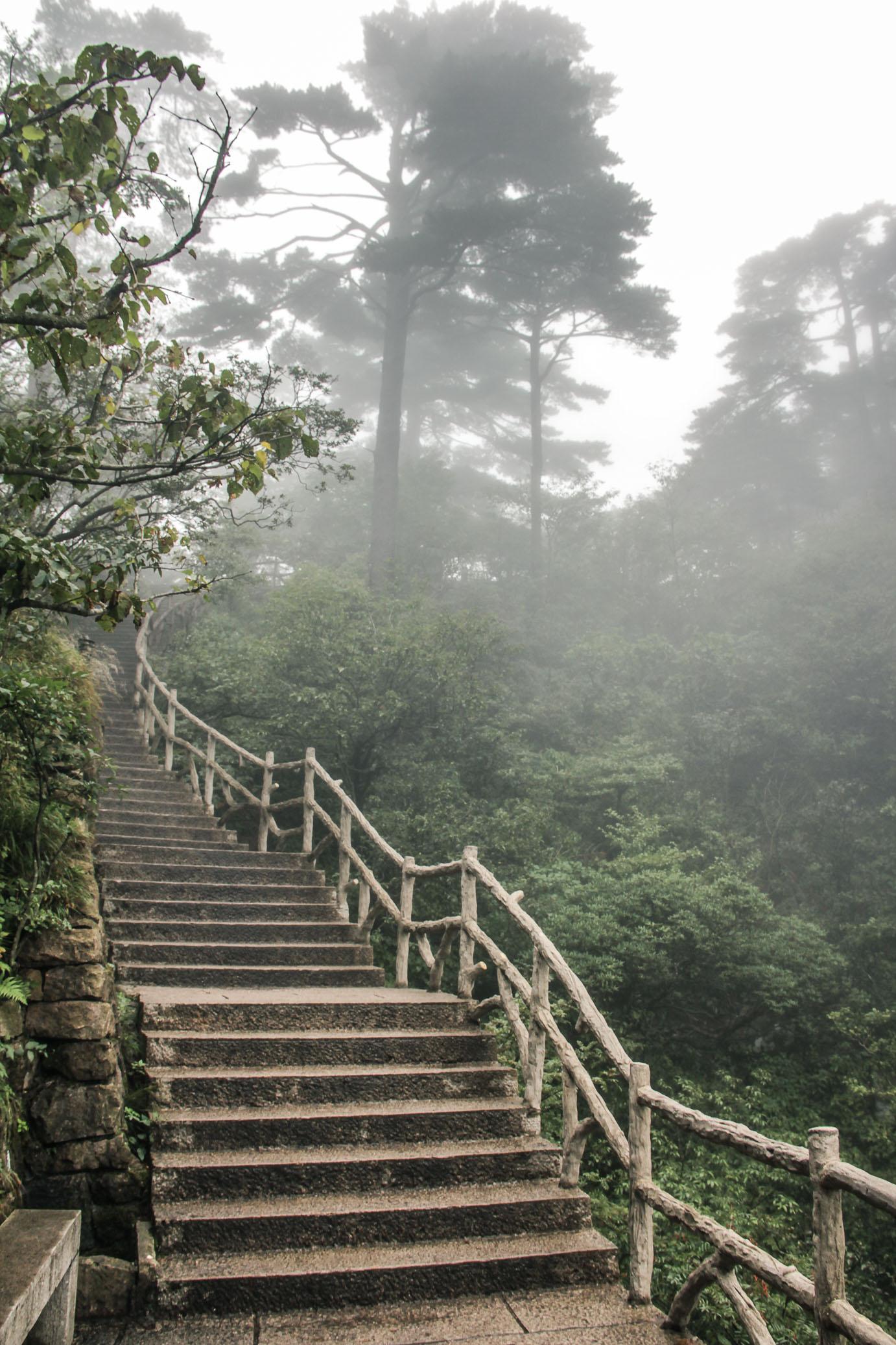 Les escaliers montent vers le sommet de Huangshan