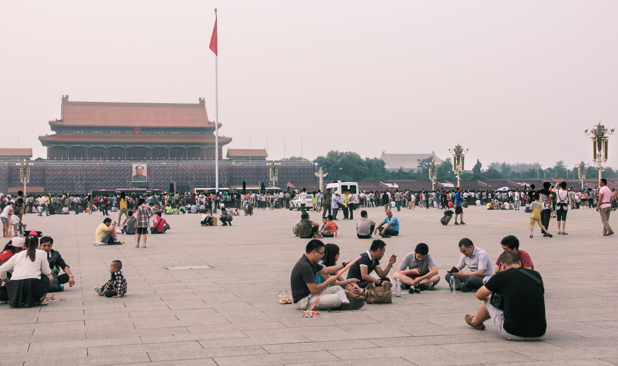 Des jeunes se rencontrent sur la Place Tian'anmen
