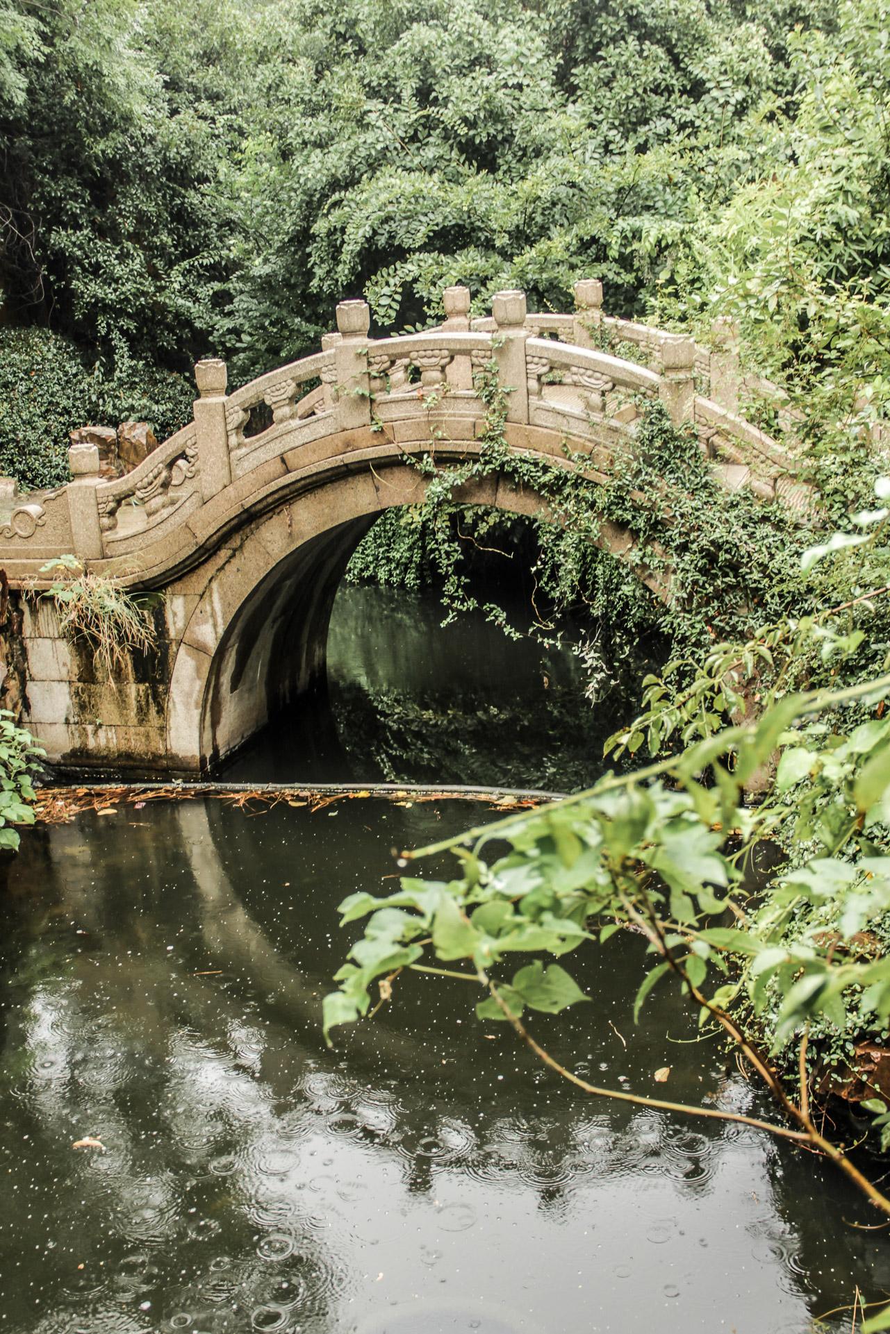 Petit pont dans le parc du Temple Bouddhiste de Bao'en