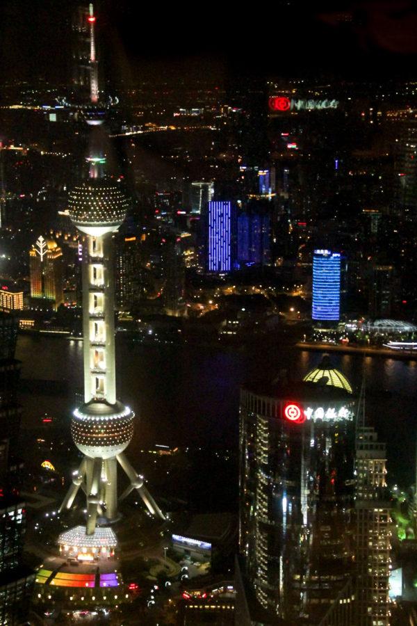 Vu de nuit de l'Oriental Pearl Tower depuis le bar du Park Hyatt de Shanghai
