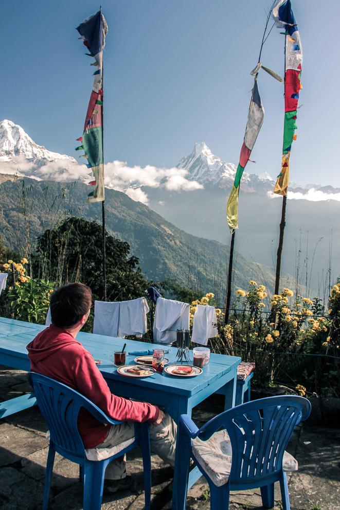 Petit-dejeuner avec vu sur les montagnes. Trek de Poon-Hill