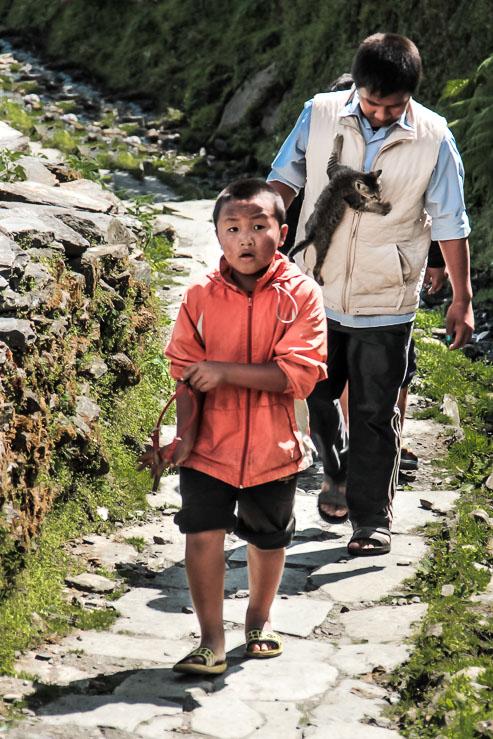 Des enfants népalais sur le chemin du trek de Poon-Hill.