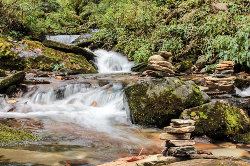 Petite chute d'eau sur le trajet de trek de Poon-Hill