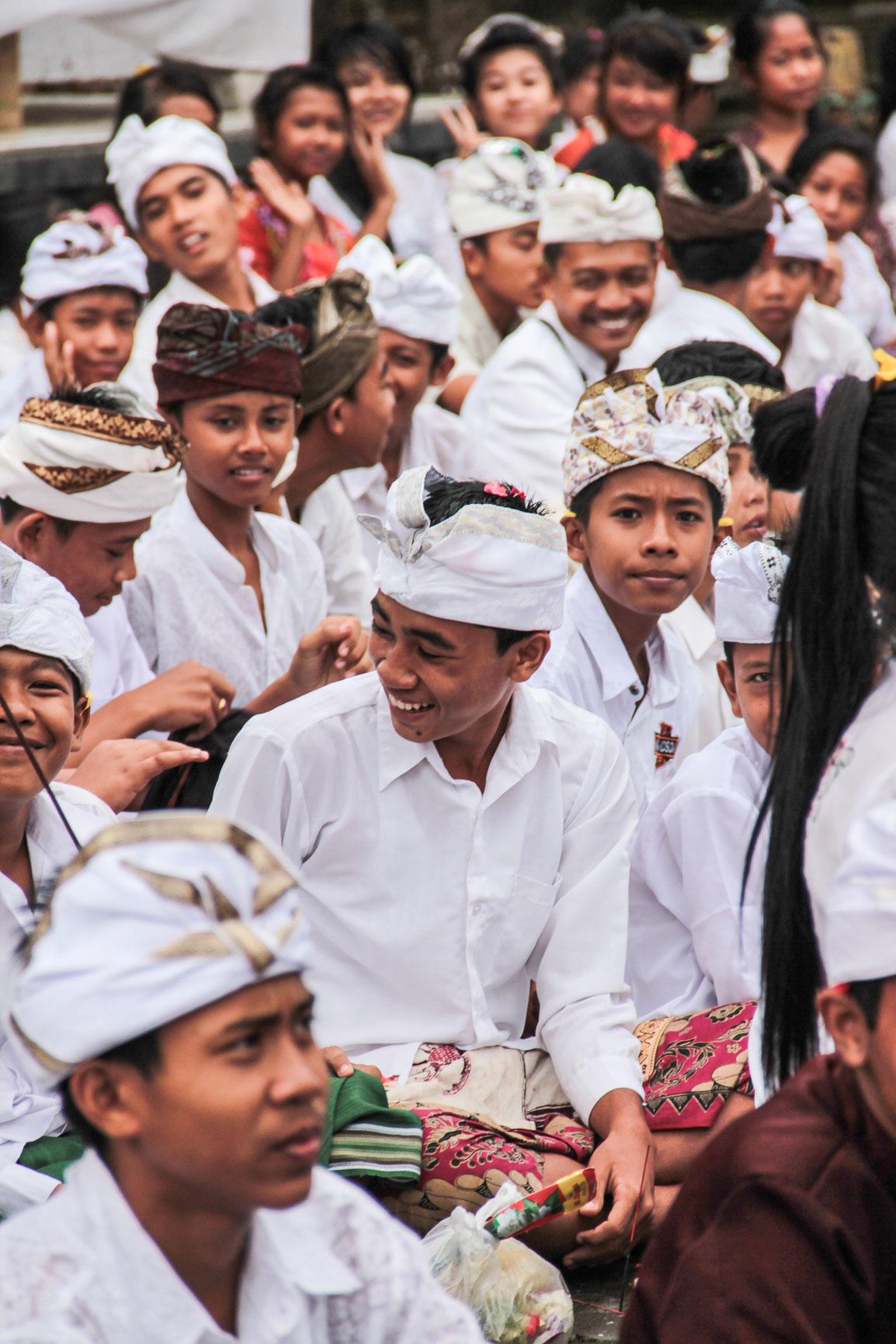 Jeunes durant une cérémonie balinaise au temple Ulun Danu Bratan