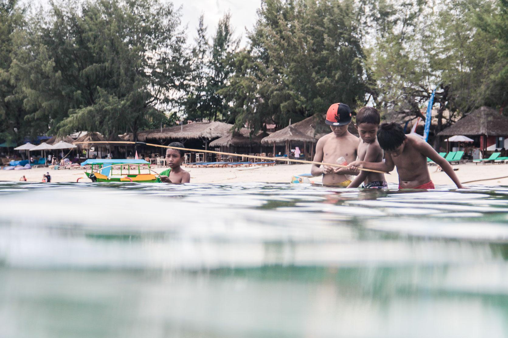 Des enfants jouent dans l'eau à Gili trawangan