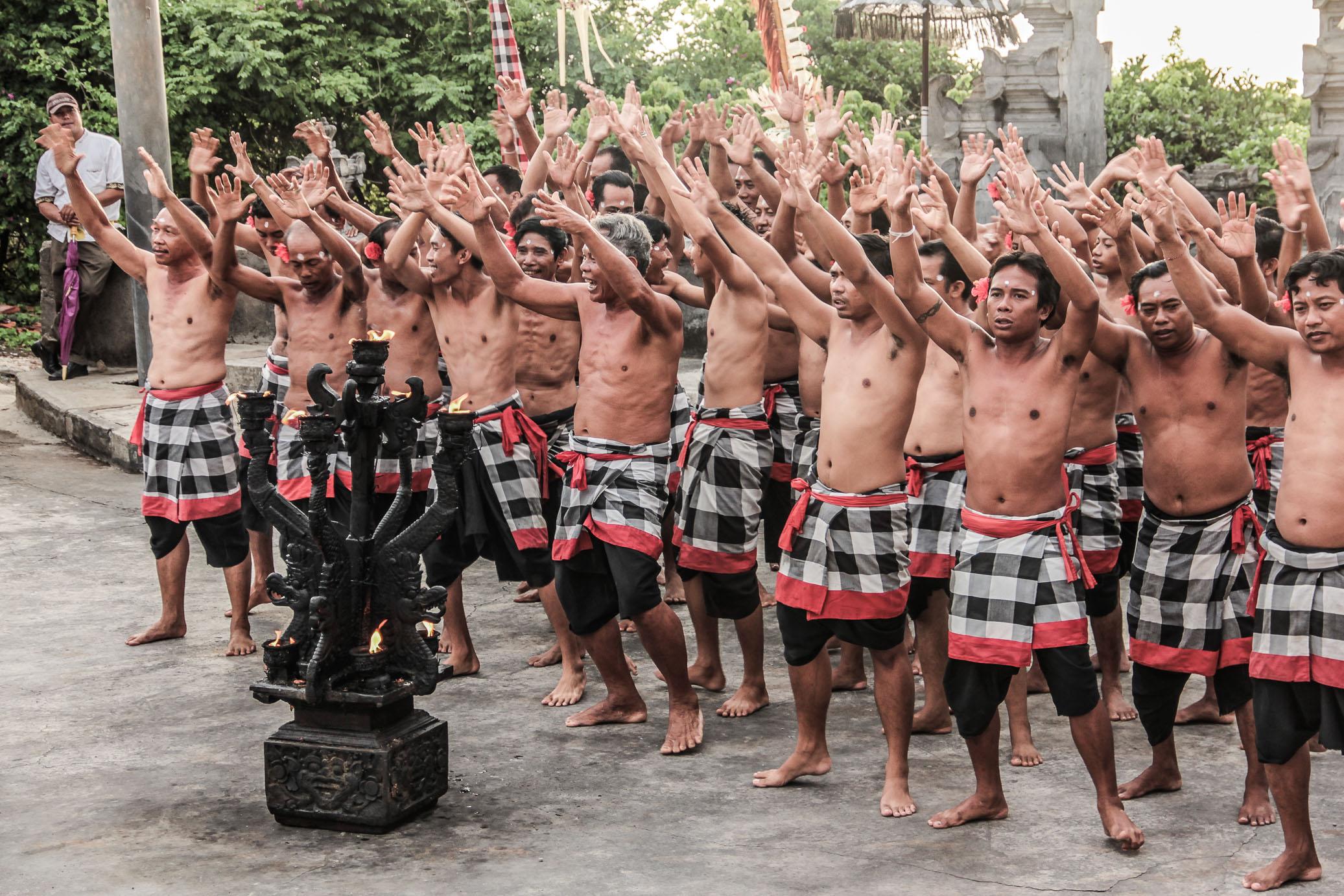 Des hommes chantent le Kecak