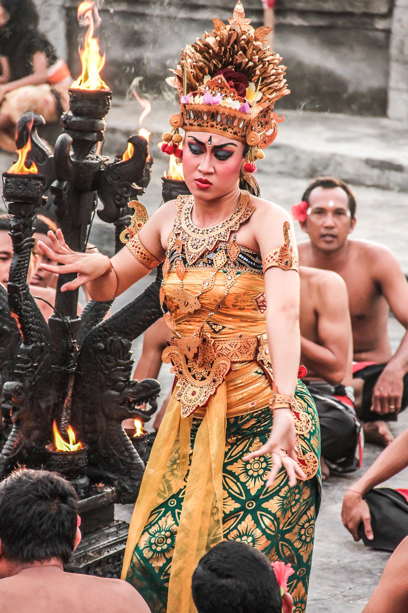 Danseuse de kecak au temple Luhur Uluwatu à Bali.