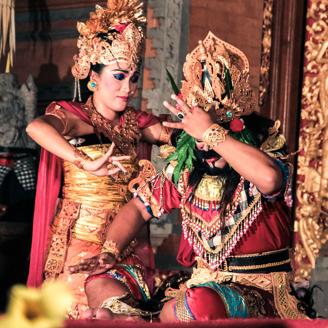 Deux danseurs de barong et Legong pendant un spectacle à Ubud