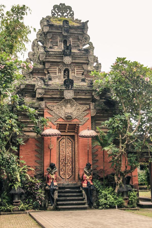 Porte du palais d'Ubud à Bali