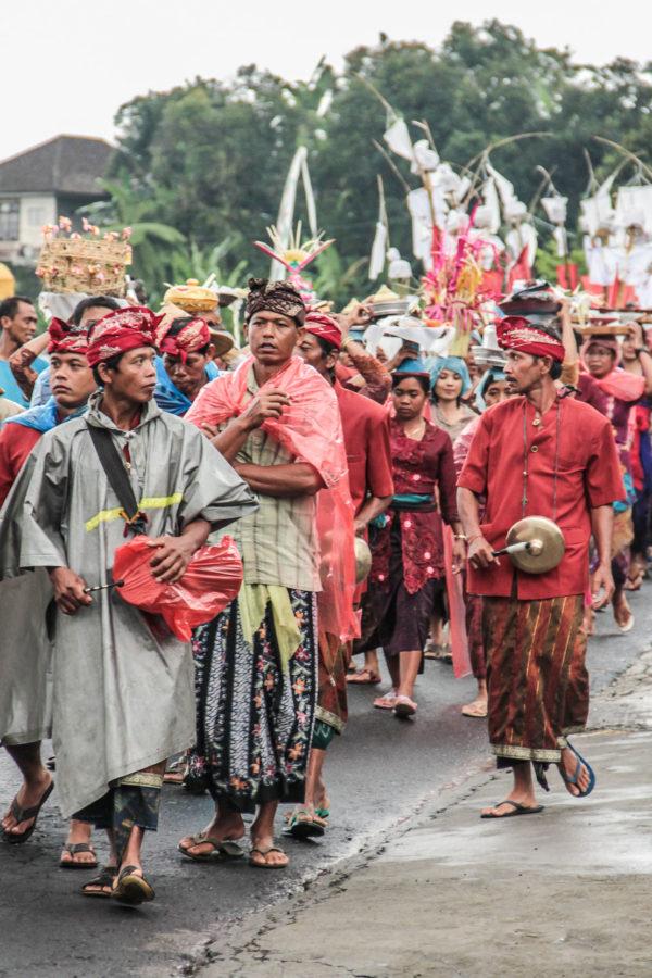Procession lors d'une cérémonie funéraire dans un village balinais