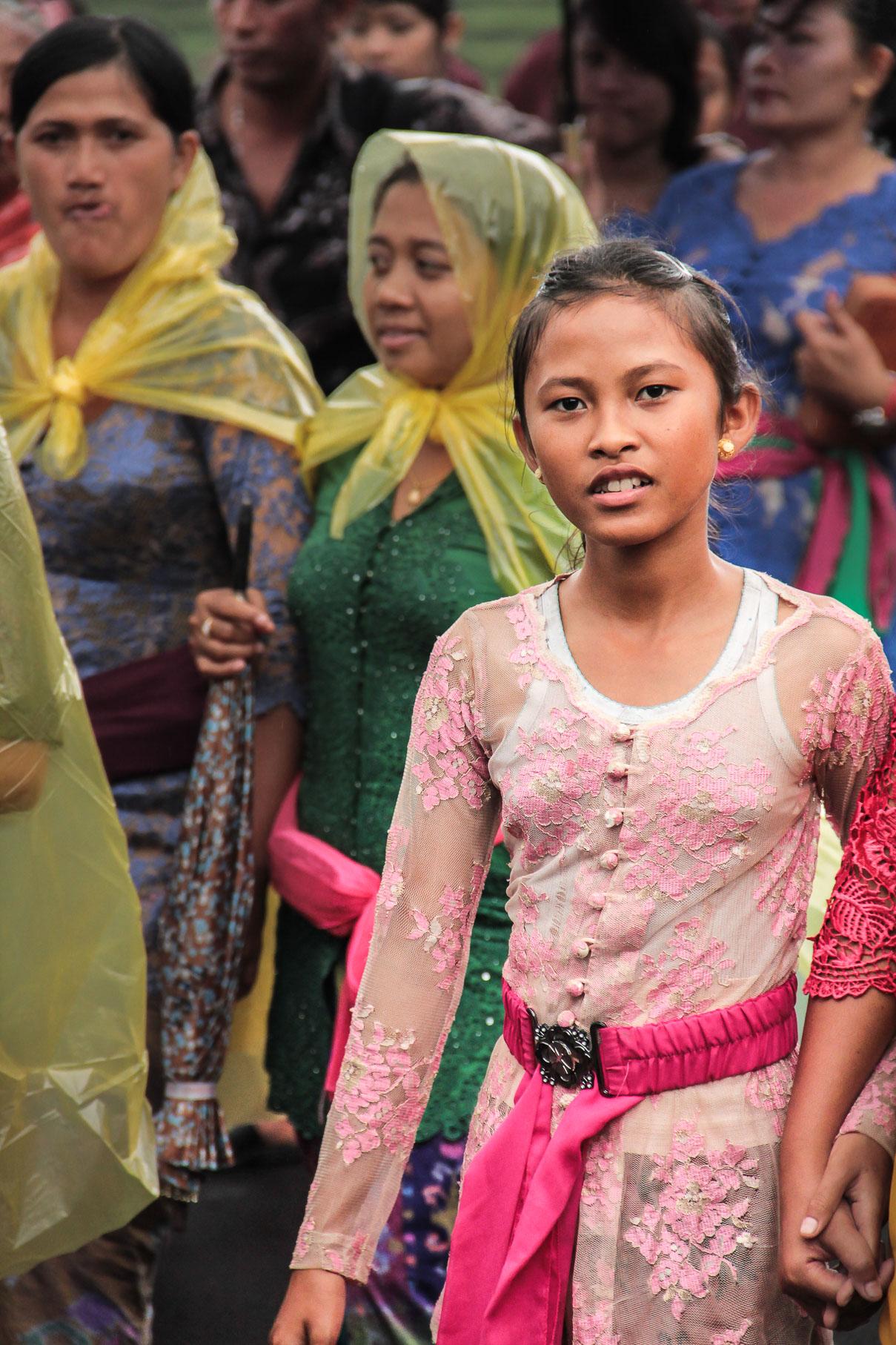 Jeune fille dans une procession dans un village à Bali