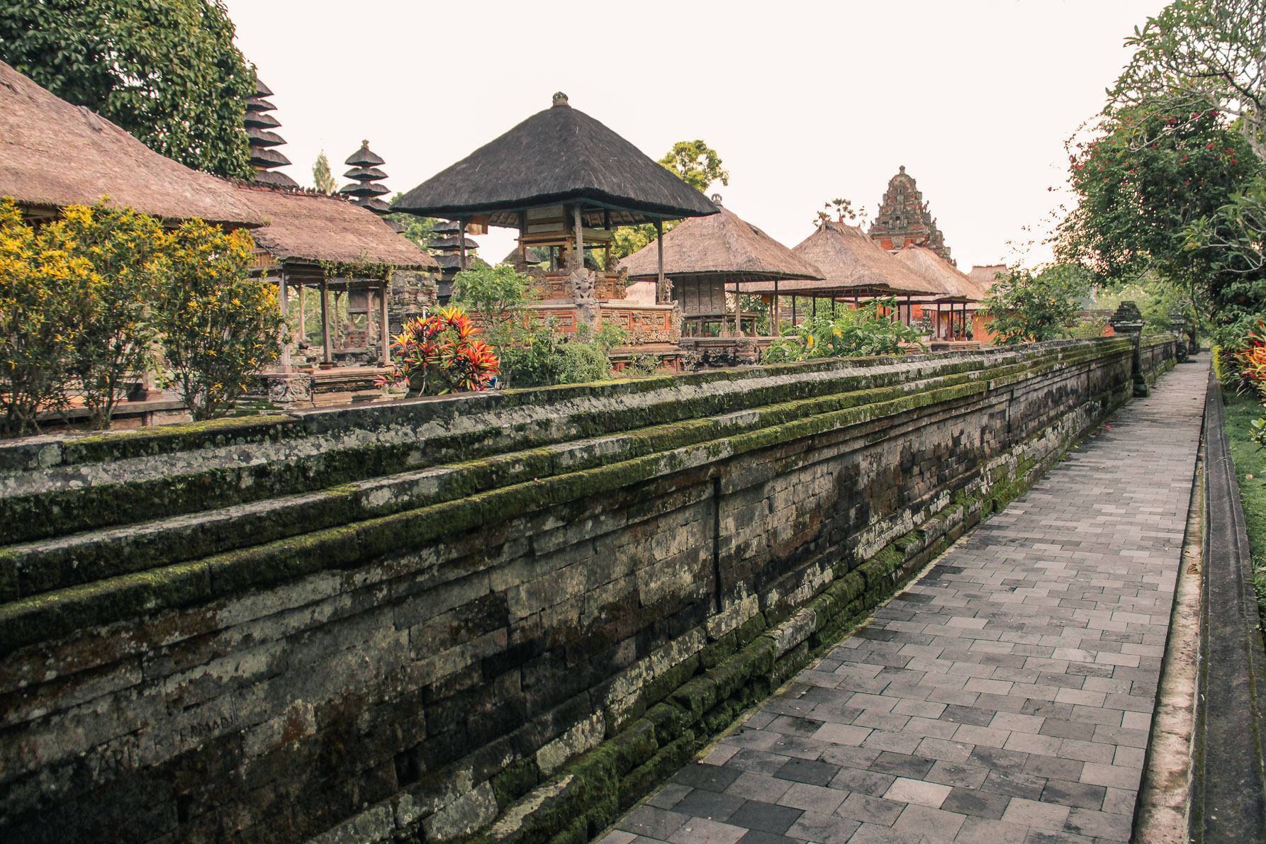 Trotoir autour du temple de Taman Ayun