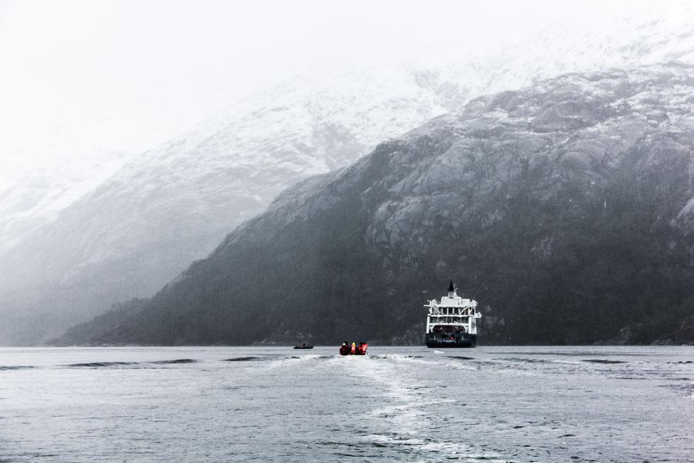 Le zodiac retourne au bateau de croisière dans le détroit de Magellan