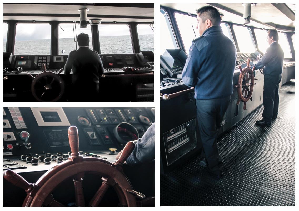 Capitaine sur la passerelle du bateau de croisière en Patagonie.