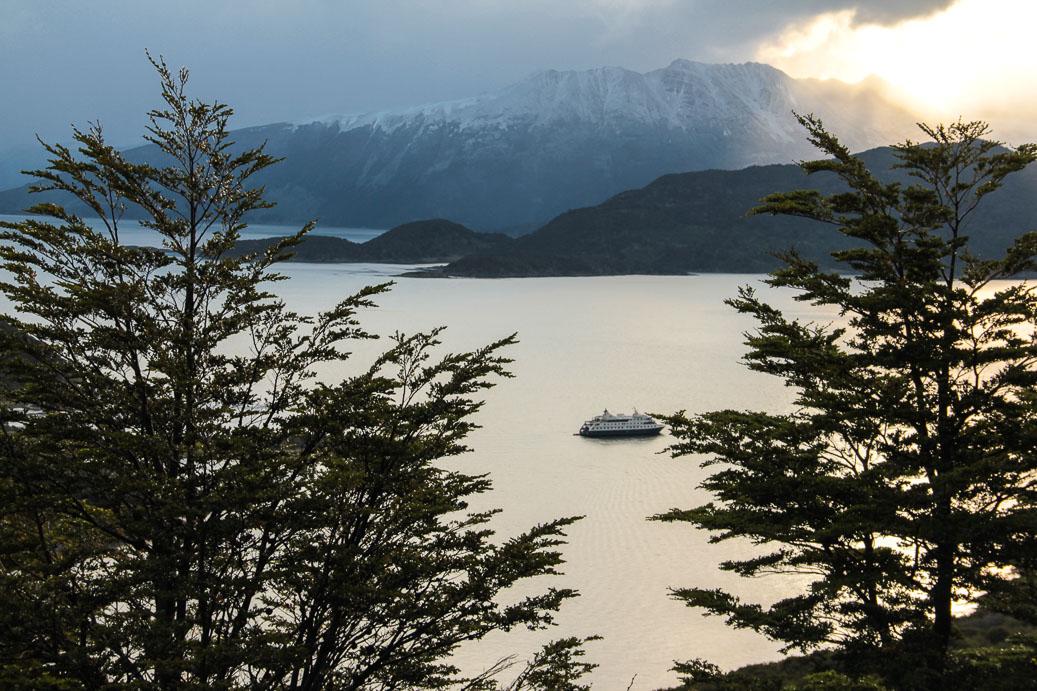 Bateau de croisière vu depuis la Baie de Wulaia