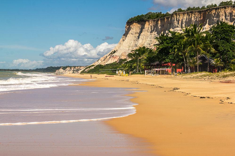 Plage de Pitinga au pied de la falaise à Arraial d'Ajuda, Bahia.