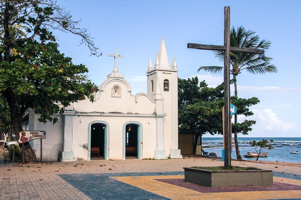 Eglise sur la petite place de Praia do Forte à Bahia