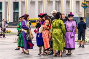 Femmes mongoles sur la place Sukhbaatar à Oulan-Bator, Mongolie