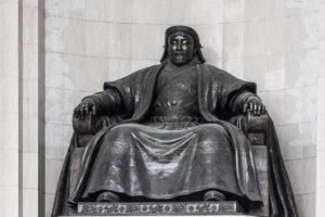 Statue de Gengis Khan devant le parlement mongol