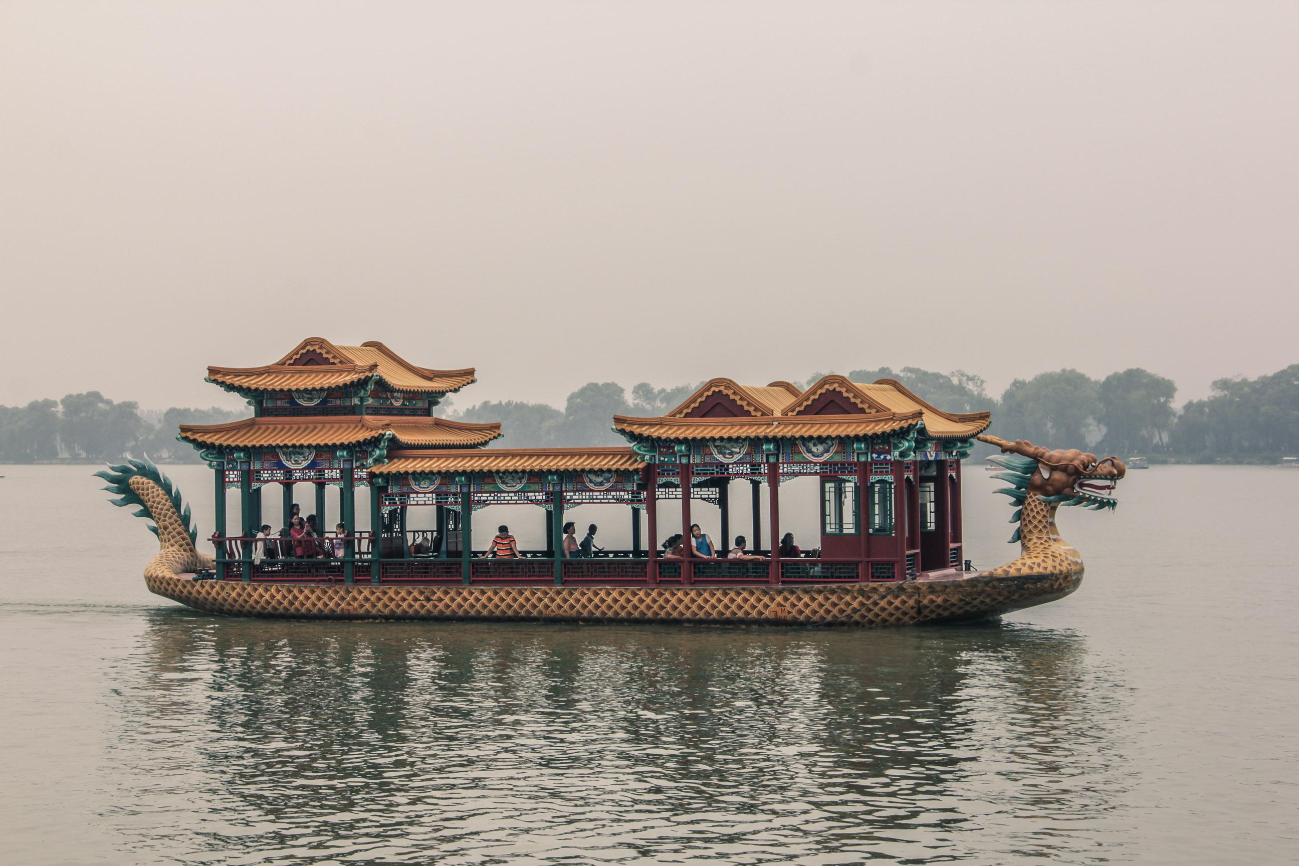 Bateaux en forme de dragon sur le lac du Palais d'été à Pékin