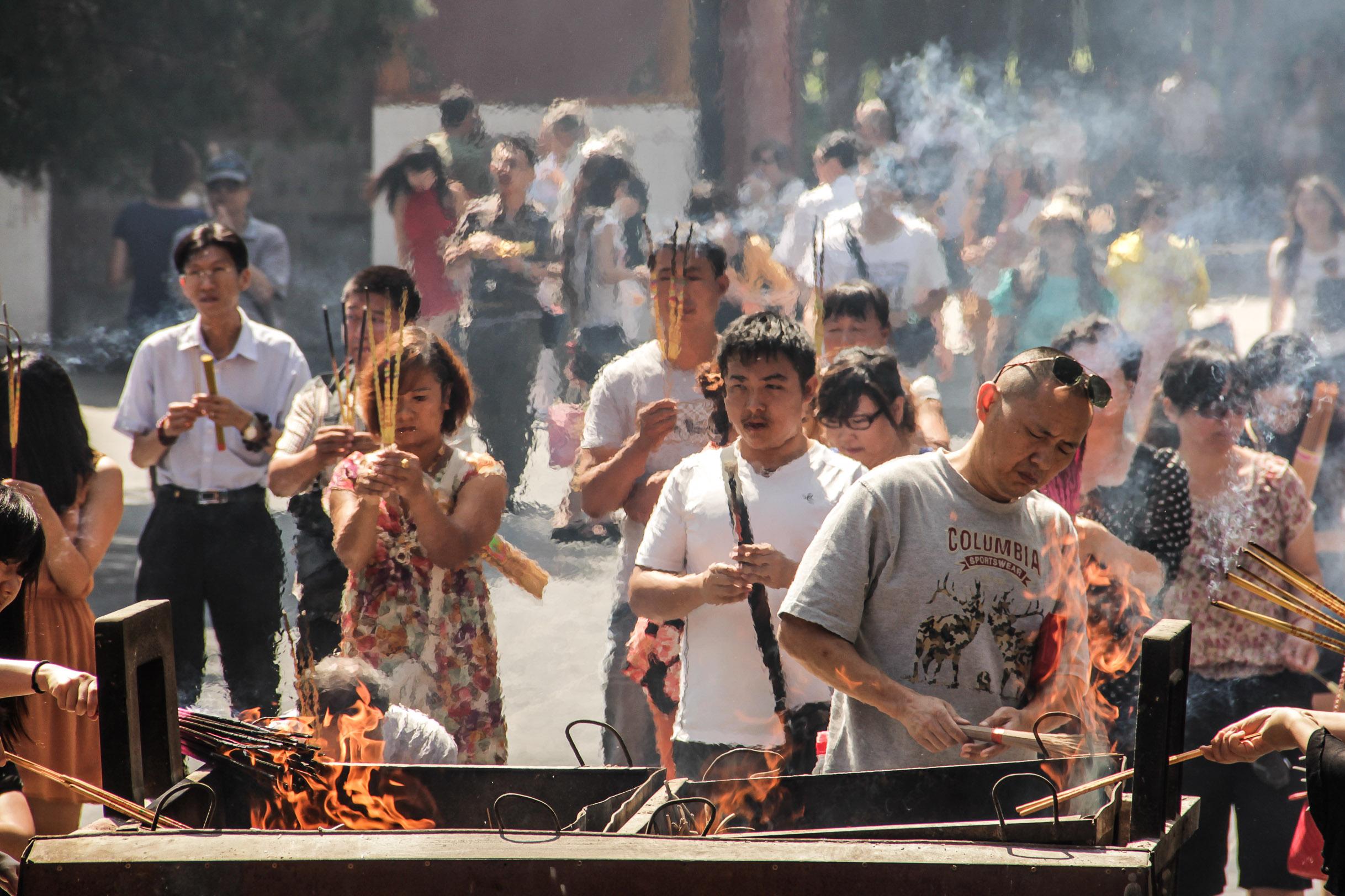 Fidèles brulant de l'encens au Lama Temple