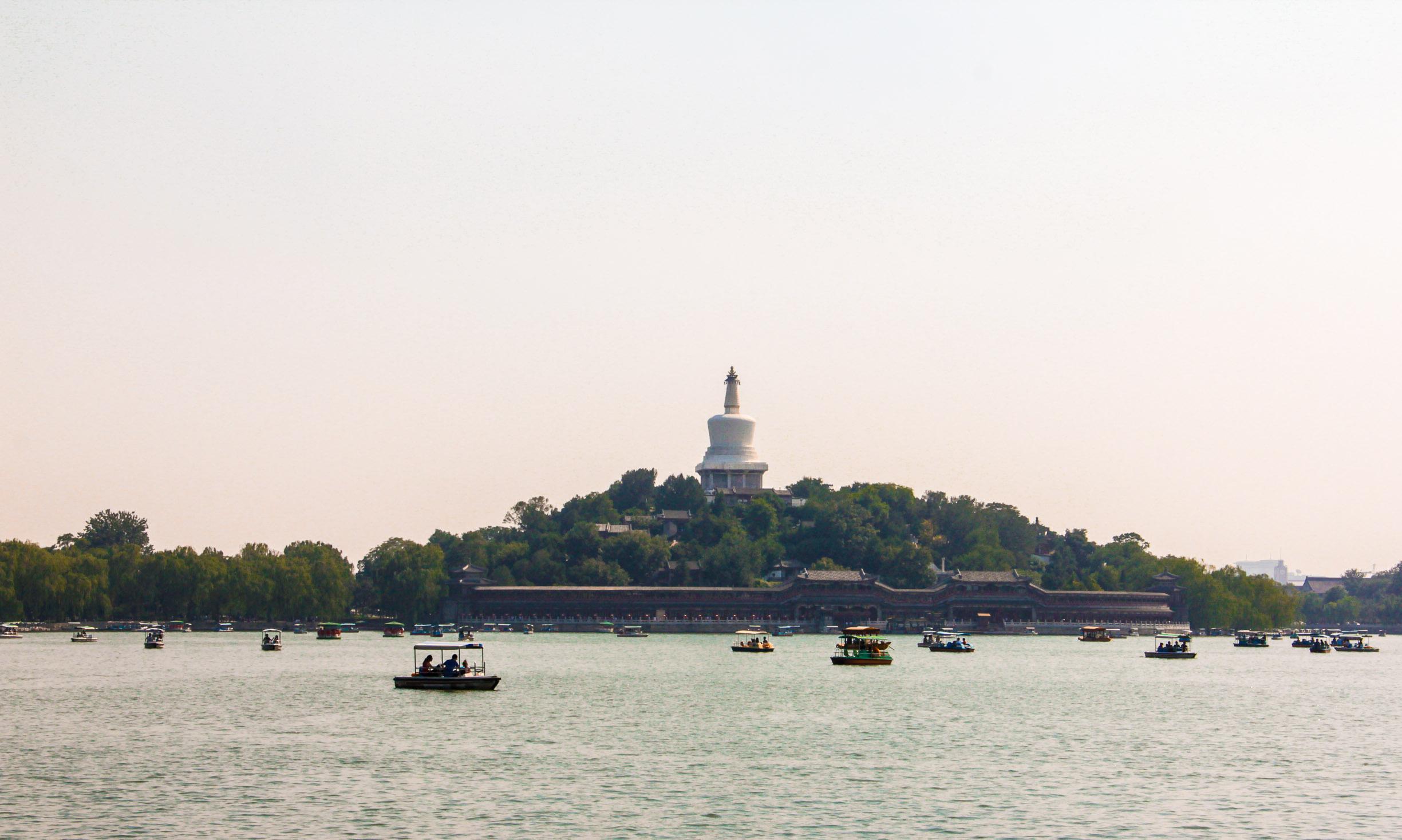 lac du parc Beihai avec la Stupa blanche au fond