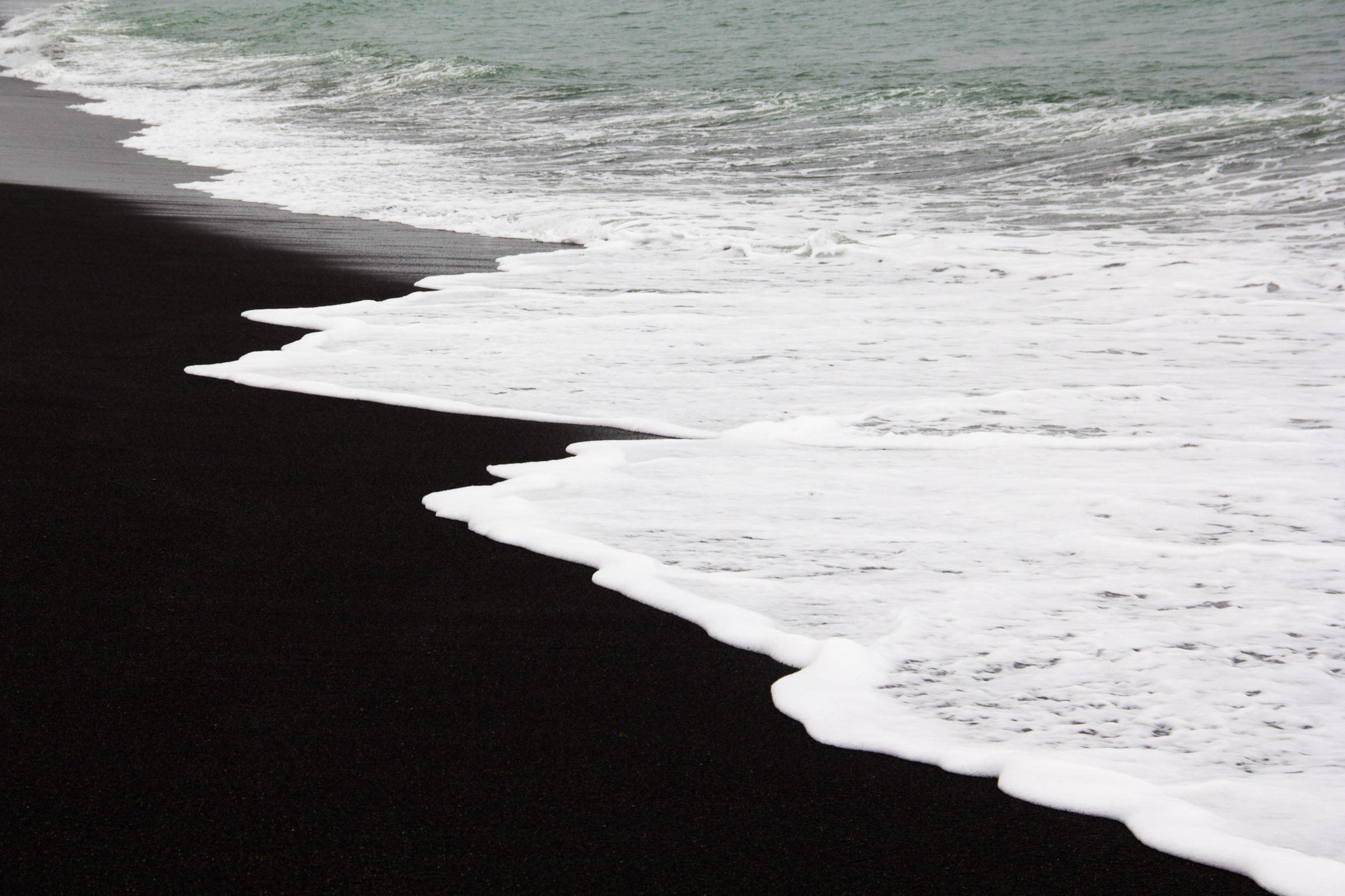 Plage de sable noir sur la côte sud islandaise