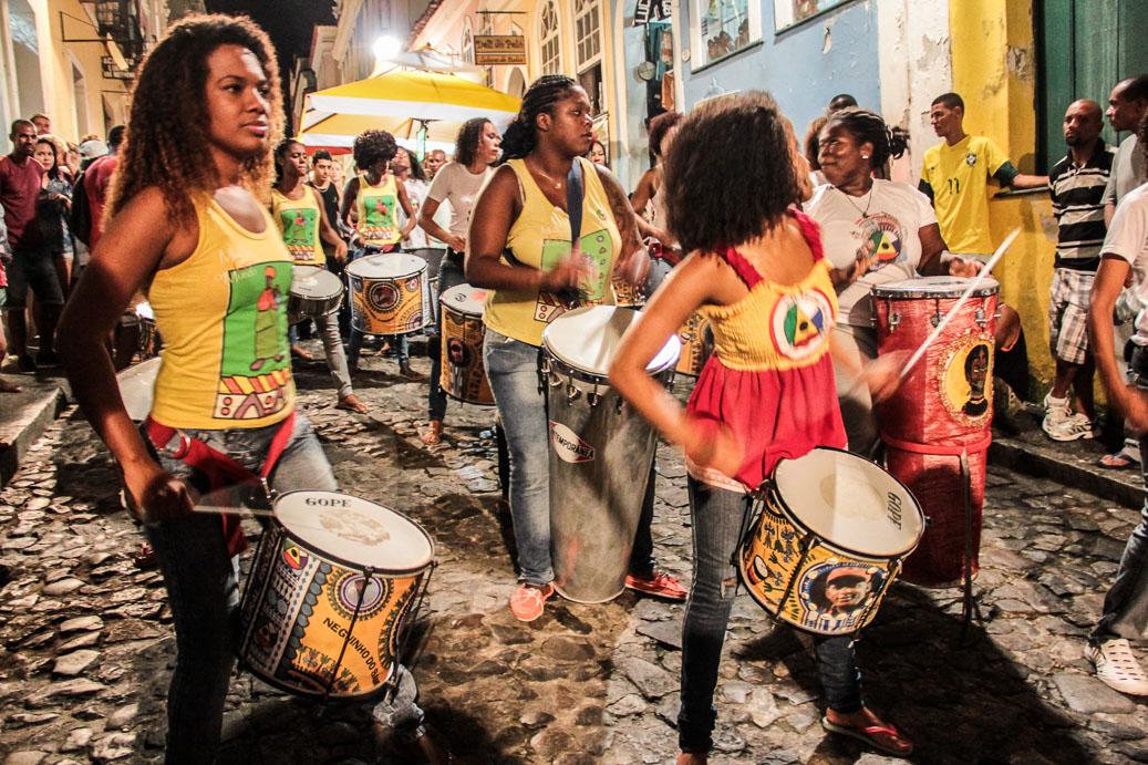 Groupe de femmes jouant la percussion dans le quartier de Pelourinho à Salvador