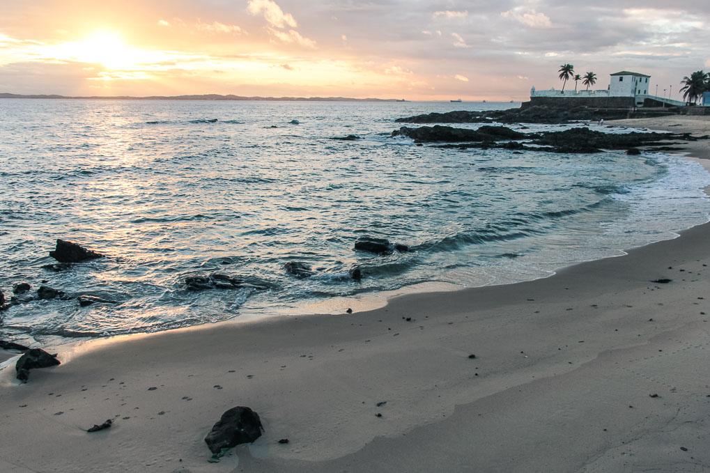 Coucher du soleil sur la plage à Salvador