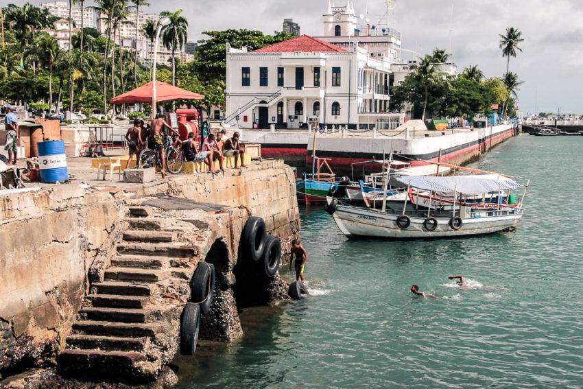 Des jeunes plongent dans le port de plaisance de Salvador à Bahia