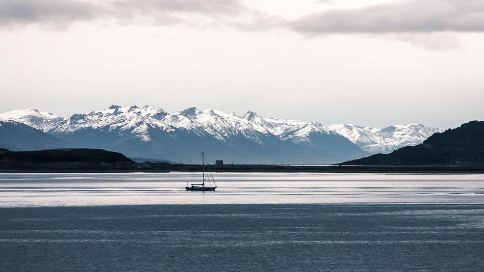 Bateau sur la mer à Ushuaia avec des montagnes au fond.