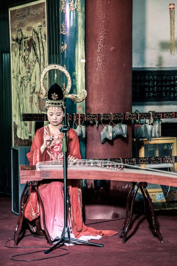 Musicienne lors d'un concert à la Tour de la Cloche