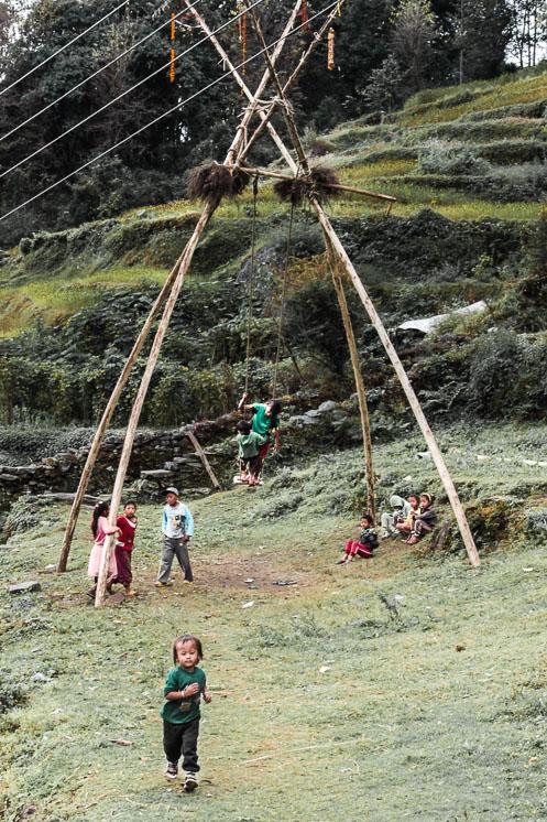 Des enfants jouent dans un village sur le Trek de Poon-Hill