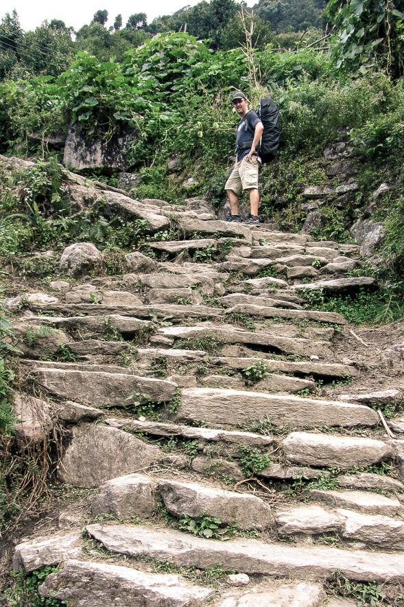Des marches rustiques mènent au village de Ulleri, sur le Trek de Poon-Hill