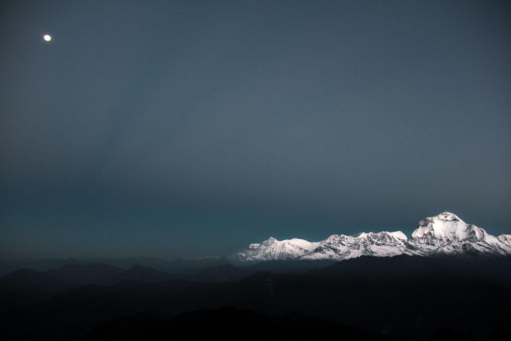 La pleine lune sur le massif de l'Annapurna. Vue du sommet de Poon-Hill