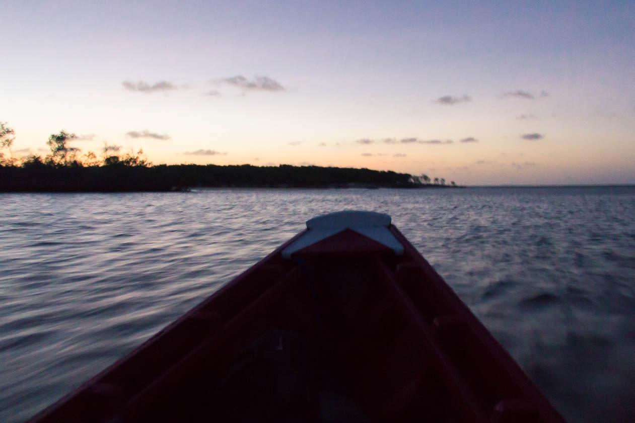 Aux dernières lueurs du jour, le bateau traverse le fleuve en direction de Atins - Route des Sensations