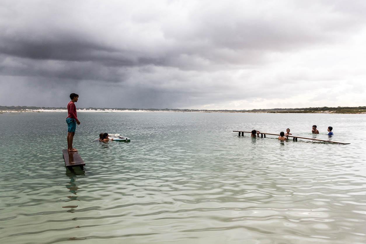 Des enfants nagent dans la Laguna Azul à Jericoacoara - Route des Sensations
