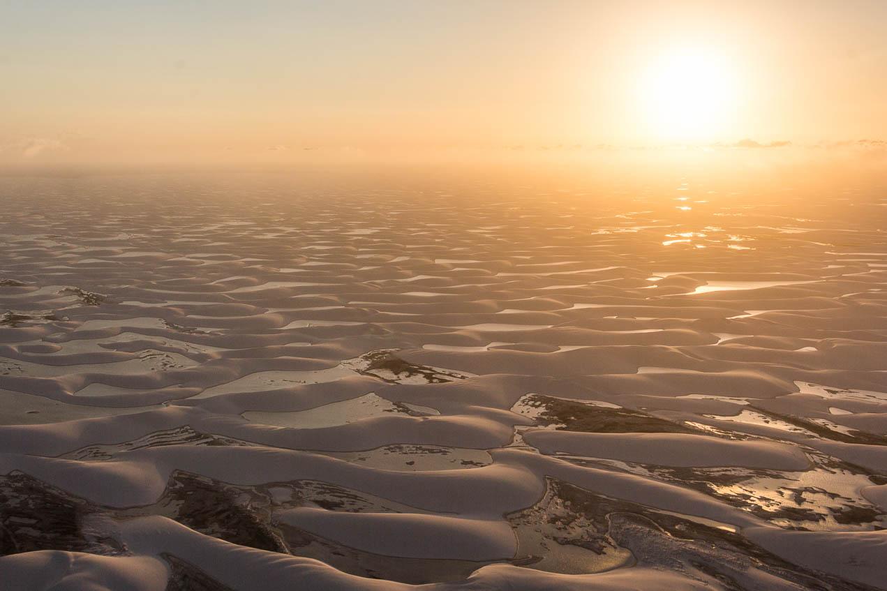Coucher de soleil vu d'un avion survolant les dunes des Lençois Maranhenses - Route des Sensations