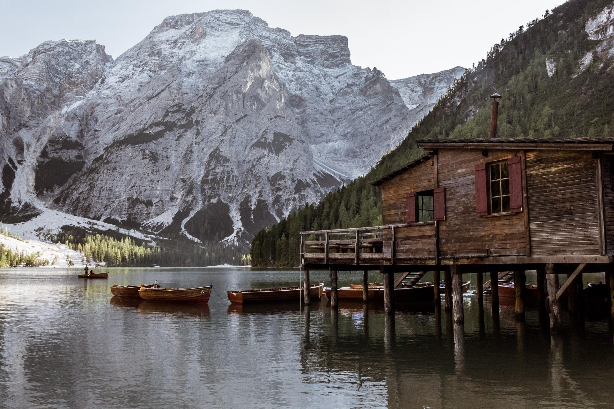 La cabane de location de barques sur le Lago di Braies, dans les Dolomites.