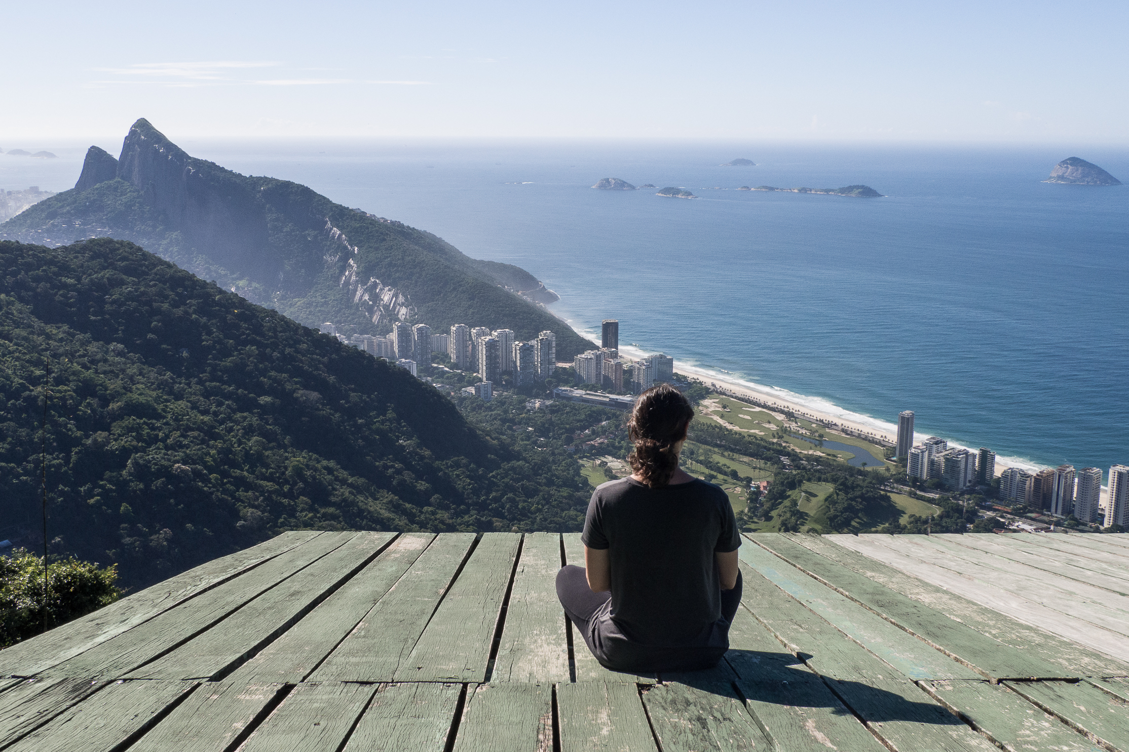 Admirer la vue depuis la rampe de décollage de Padra Bonita, Rio de Janeiro.