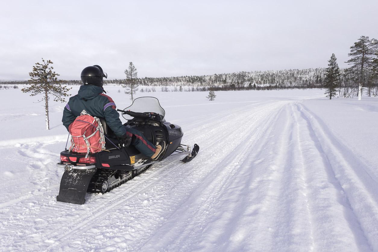 Balade en motoneige dans le paysage glacé de la Laponie finlandaise.